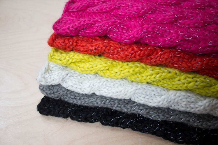 Luminaire snood stack with reflective thread showing